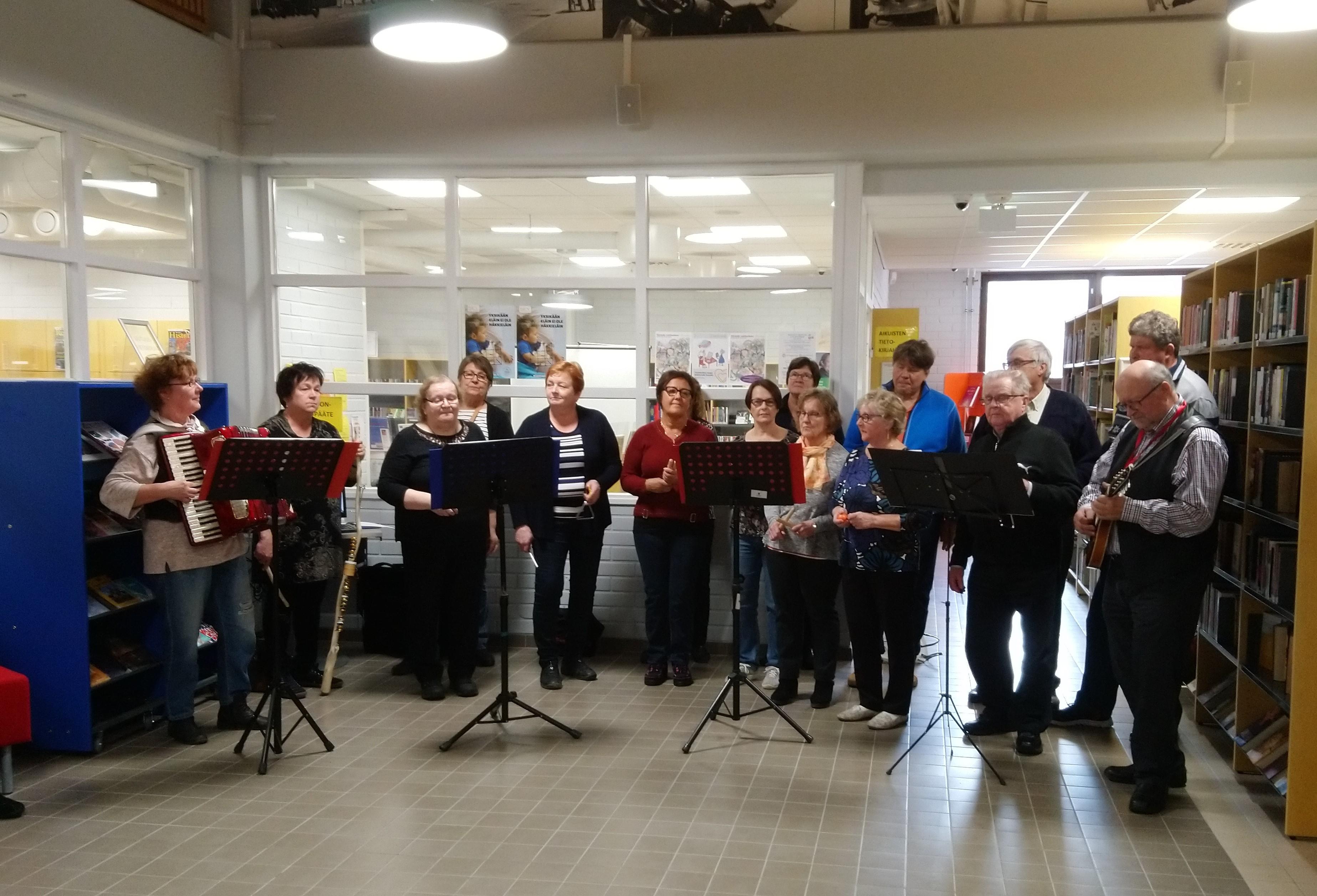 Nilsiän laulupiiri Svengi Jengi esiintyy Nilsiän kirjastossa, vanhusten viikolla 15 hengen voimin.