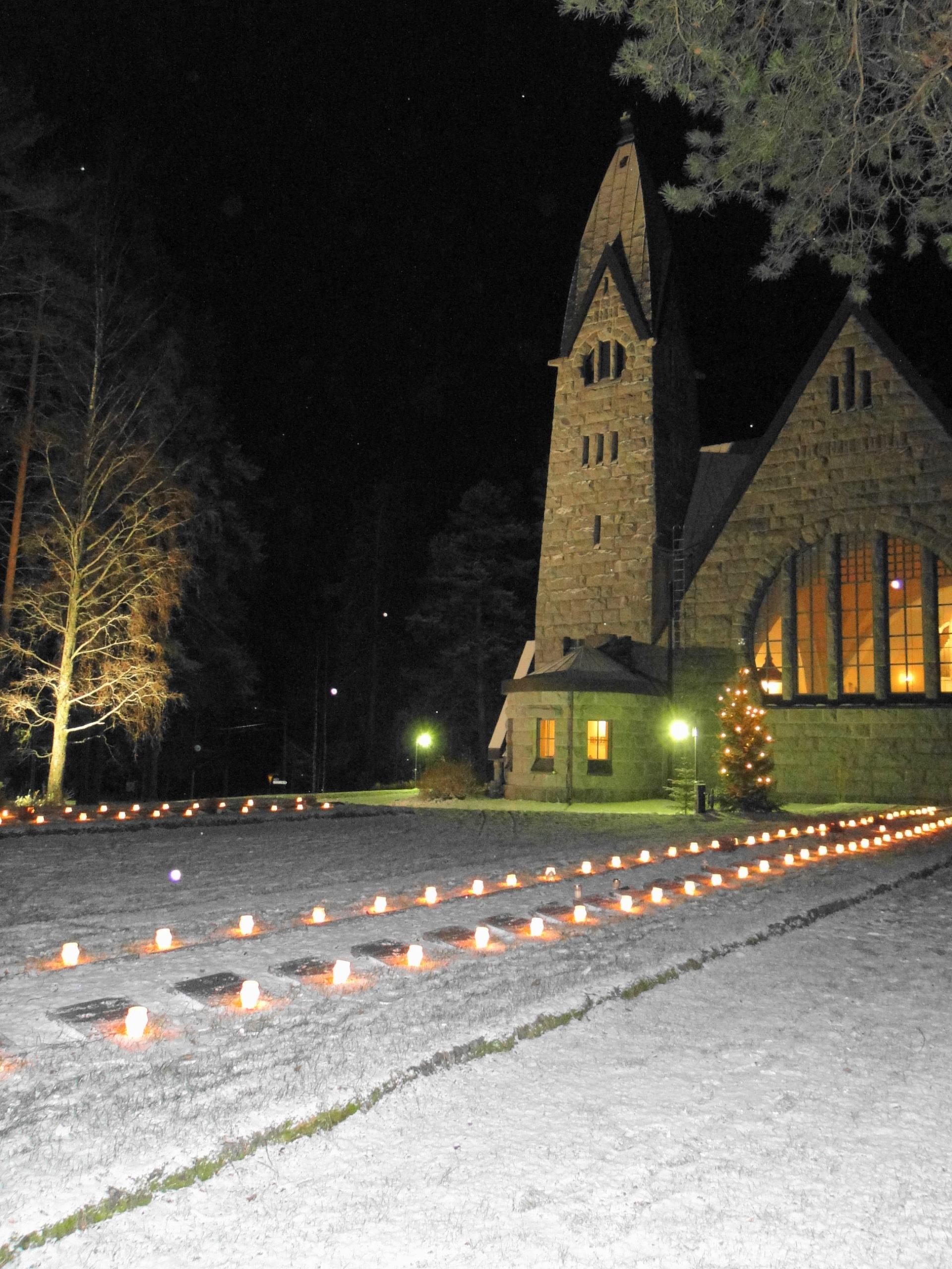 Kynttilät syttyi Muuruveden sankarihautausmalle