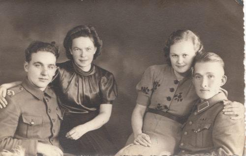Kuvassa Veli Pekkarinen ja hänen kaverinsa, tyttöystäviensä kanssa.