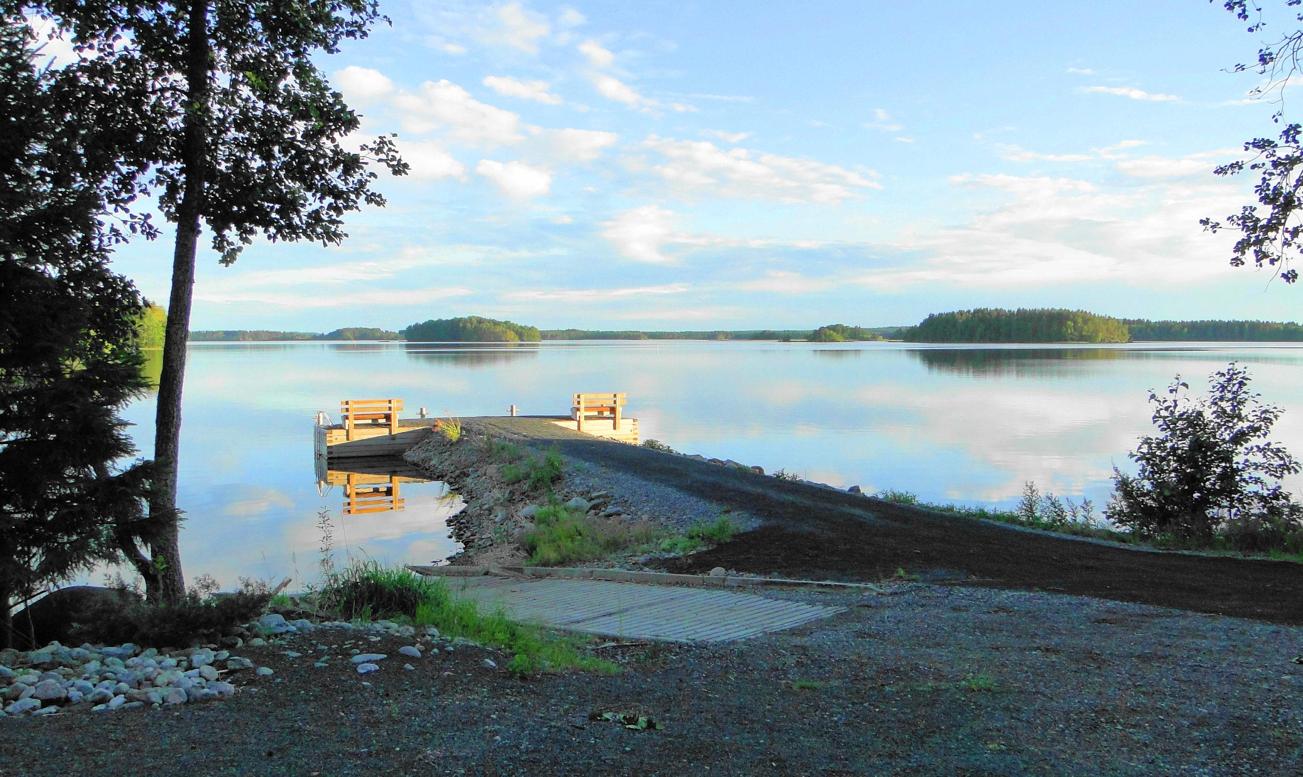 Murtolahden HIekkaniemeen venelaiturille ilmaantui penkit.