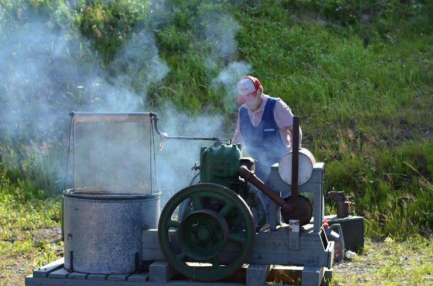 Matti Launonen käyttää vanhaa maamootoria